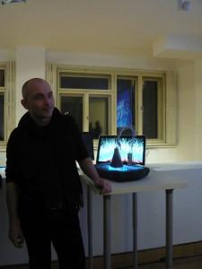 """L'artiste Ivor Diosi à côté de la culture de moisissure de """"Molding the Signifier"""", Galerie Ex Post, Prague, 19 novembre 2015"""