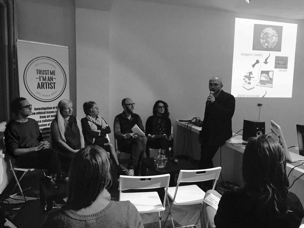 """Le comité d'éthique pour la rencontre """"Trust Me, I'm An Artist"""" à Prague, novembre 2015. De gauche à droite : Ondrej Cakl, Anna Dumitriu, Bobbie Farsides, Lucas Evers, Claudia Lastra et Ivor Diosi. (photo : Louise Whiteley)"""
