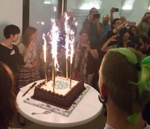 Gâteau d'anniversaire pour les 50 ans de Leonardo à Ars Electronica. Photo reprise d'un.e ami.e sur les réseaux sociaux.