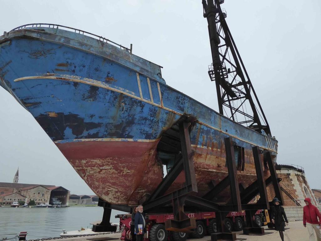Barca Nostra, bateau dans lequel ont péri des centaines de personnes (dites «migrants»), renfloué par l'artiste Christoph Bückel pour la Biennale de Venise 2019 et exposé à l'Arsenale.