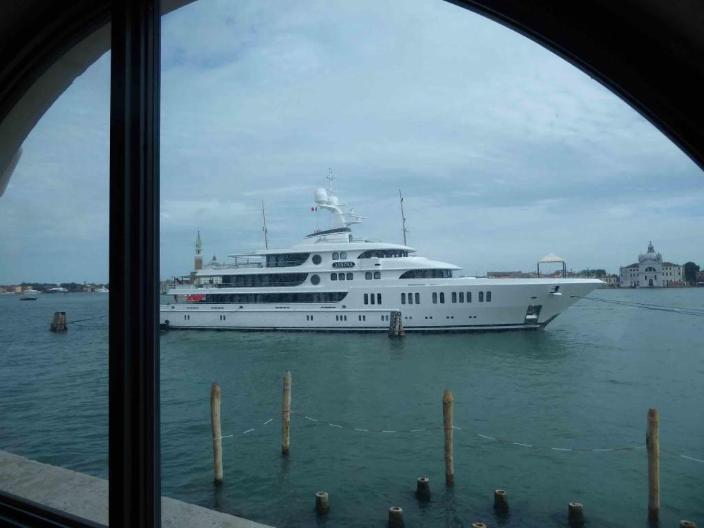 Yacht amarré à proximité de Punta della Dogana